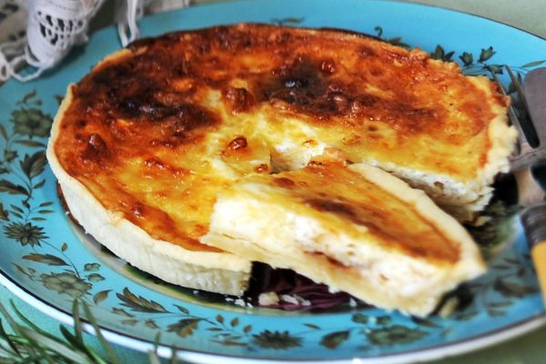 Mature Cheddar and Caramelised Onion Chutney Tart (V)